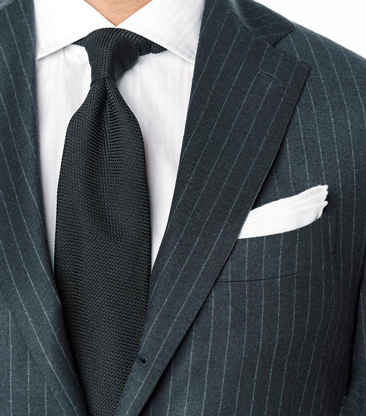 <p><strong>これまでにも提案してきた1.5柄の合わせ技</strong><br /> チャコールグレーのストライプスーツ×白シャツにツイル織りの紺無地タイが奥行き感を生む。</p>