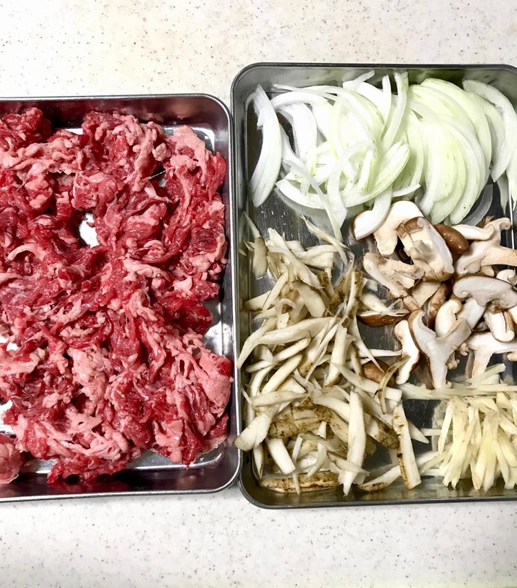 <p>1.以下の材料を用意する。<br /> ・牛肉細切れ 250g<br /> ・ごぼう 半本<br /> ・椎茸 2〜3枚<br /> ・玉ねぎ 半個<br /> ・しょうが ひとかけ<br /> ごぼうはささがきにし、水に軽くさらす。椎茸、玉ねぎ、しょうがは千切りにする。</p>