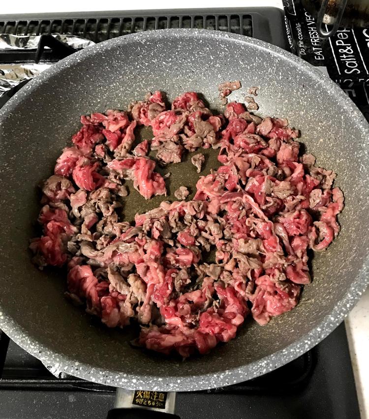 <p>2.フライパンに油を引き、牛肉をほぐしながら軽く炒める。</p>