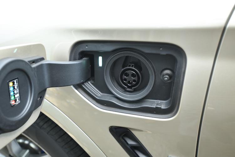 <p>左側のフェンダー部に充電用ポートが備わる。34Ahのリチウムイオンバッテリーを搭載し、普通充電で0から80%まで約3.5時間(100%までは4.3時間)の充電時間を要する。急速充電には対応していない。</p>