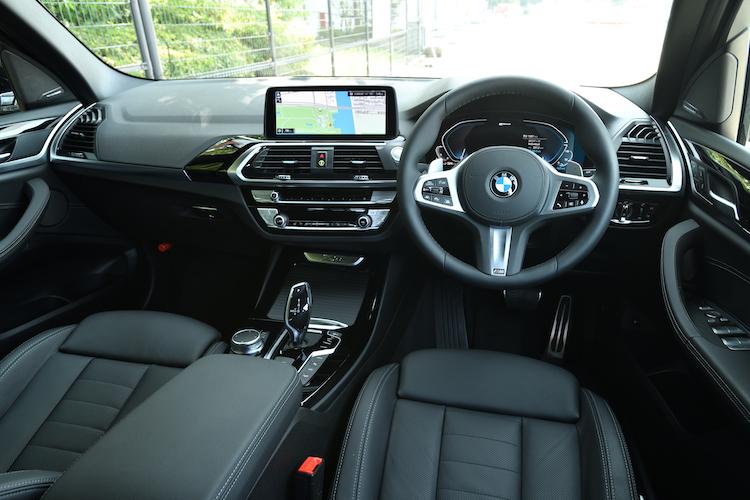 <p>他のBMWモデル同様のドライバーズコンシャスな運転席回り。センターのシフト回りにドライブモードやハイブリッドのモード切り替えスイッチが備わる。</p>