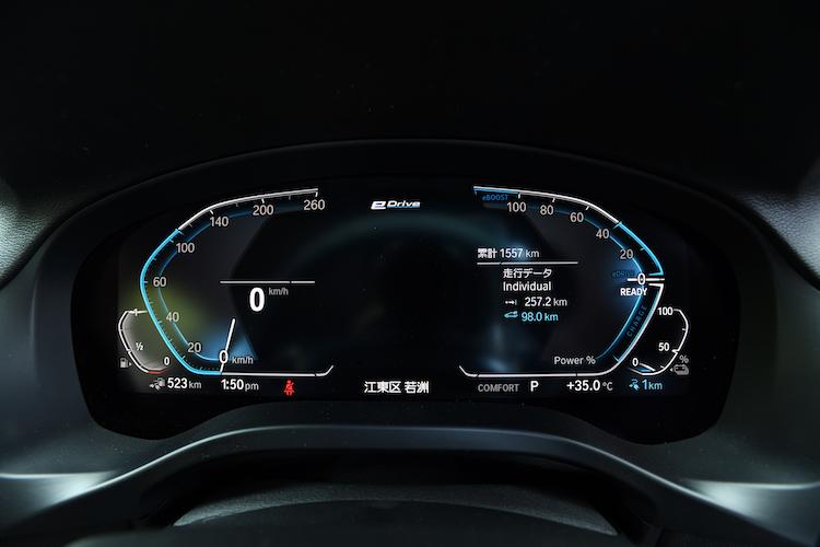 <p>センターメーターもデジタルに。右側メーターにバッテリー残量やEV走行の可能距離を表示する。</p>
