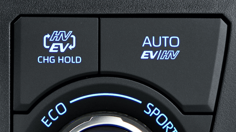 <p>走行モードには、「EVモード」「AUTO EV/HVモード」「HVモード」「バッテリーチャージモード」などがある。</p>