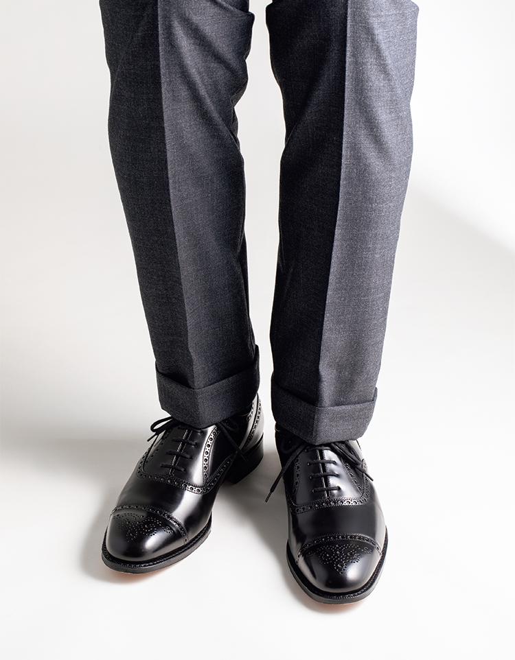 セミブローグで正統スーツスタイルに好印象な華やぎを