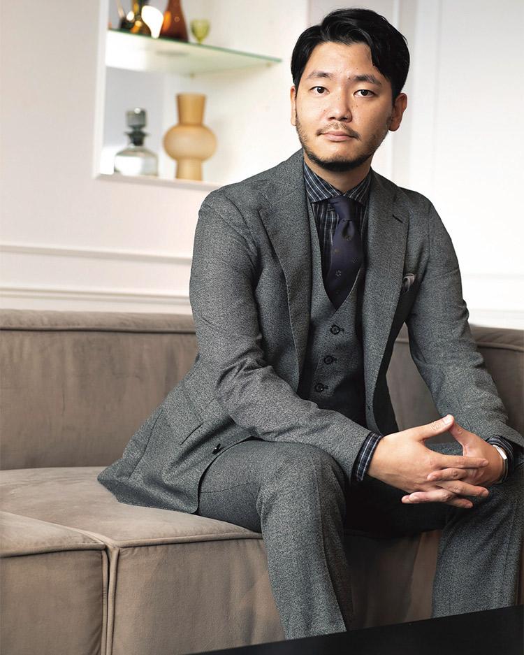 遊び楽しめるモダンなスーツを着る川村匡慶さん
