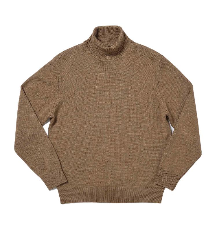 """<p><strong>7.ゼニア バルファ キャッシュウールニット</strong><br /> イタリアの名門紡績会社ゼニア バルファ社の""""キャッシュウール""""糸をハイゲージに編み立てたタートルニット。柔らかで優しい風合いはもちろん、発色の美しさや上品な光沢も極上のカシミアニットさながらだ。繊維長が長い羊毛を使用するため毛玉にもなりにくく、デイリーに上質なニットを纏いたい人にはこの上ない逸品だ。1万2000円</p> <p><a class="""