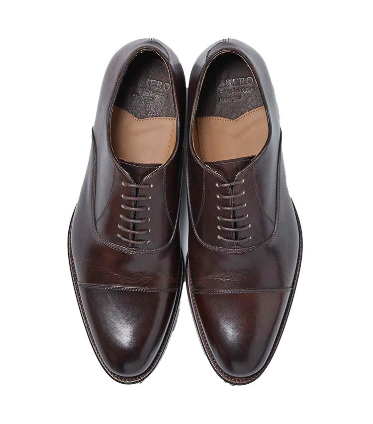 <p><strong>22.チェルベロ × ユニバーサルランゲージ ストレートチップ</strong><br /> チェルベロは1955年創業のイタリア・ナポリの高級ドレス靴工房。古くからハンドメイドによる染色を得意とし、今靴の骨董品を思わせるアンティーク調の色合いも同社が長年蓄積する技術の賜物だ。尖りすぎず丸すぎないバランスのいい木型も魅力。マッケイ製法。3万4000円</p>