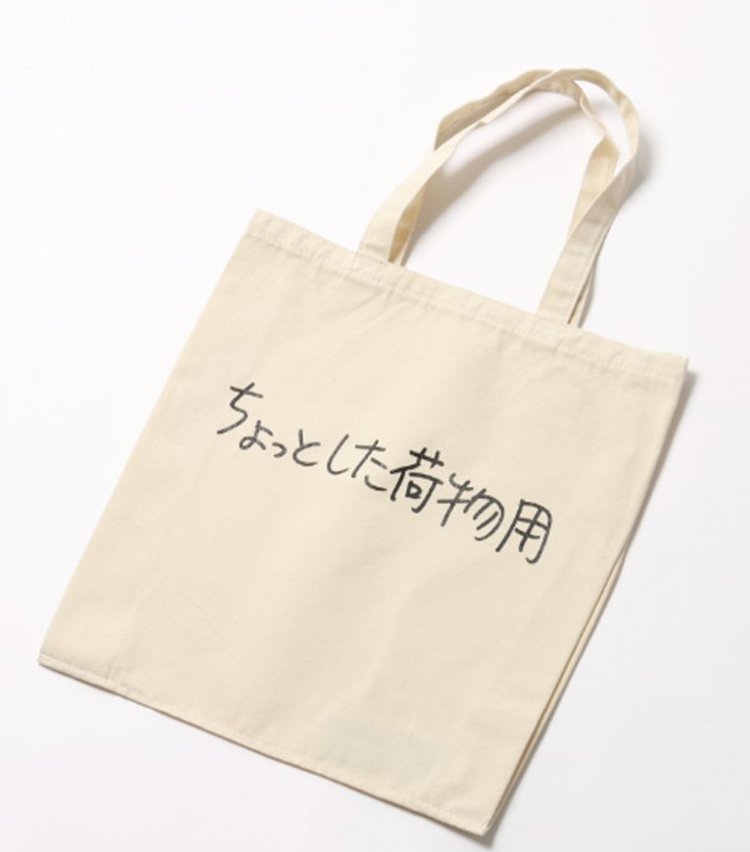 <p>キャンバス地のトートバッグ2800円。幅35×高さ37cm</p>