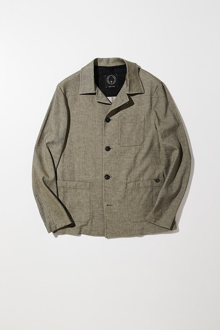 <p><strong>Tジャケット</strong></p> <p>テーラードのテクニックを用いたデニム調生地のカバーオールは、クリーンでスマートな仕上がり。4ポケットにするとかなりワークに振れてしまうが、3ポケットに留めることでドレス感をキープ。襟元の立体感とともに全体の印象を美しく整えているのがイタリアブランドならでは。色味もオーセンティックでタフなワークではなく、ほんのりフランスの風を感じさせるパステルライクな発色にしているところも魅力だ。5万2000円(三喜商事)</p>