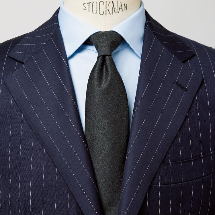 紺スーツの直球コーデで誠実さを演出【1分で出来る胸元お洒落】