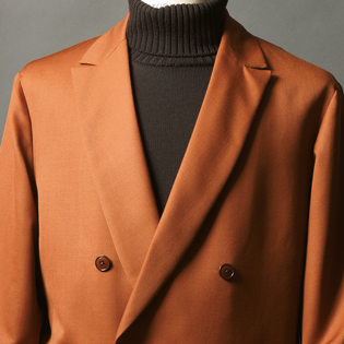 秋の休日にブラウンスーツのすすめ【1分で出来る胸元お洒落】