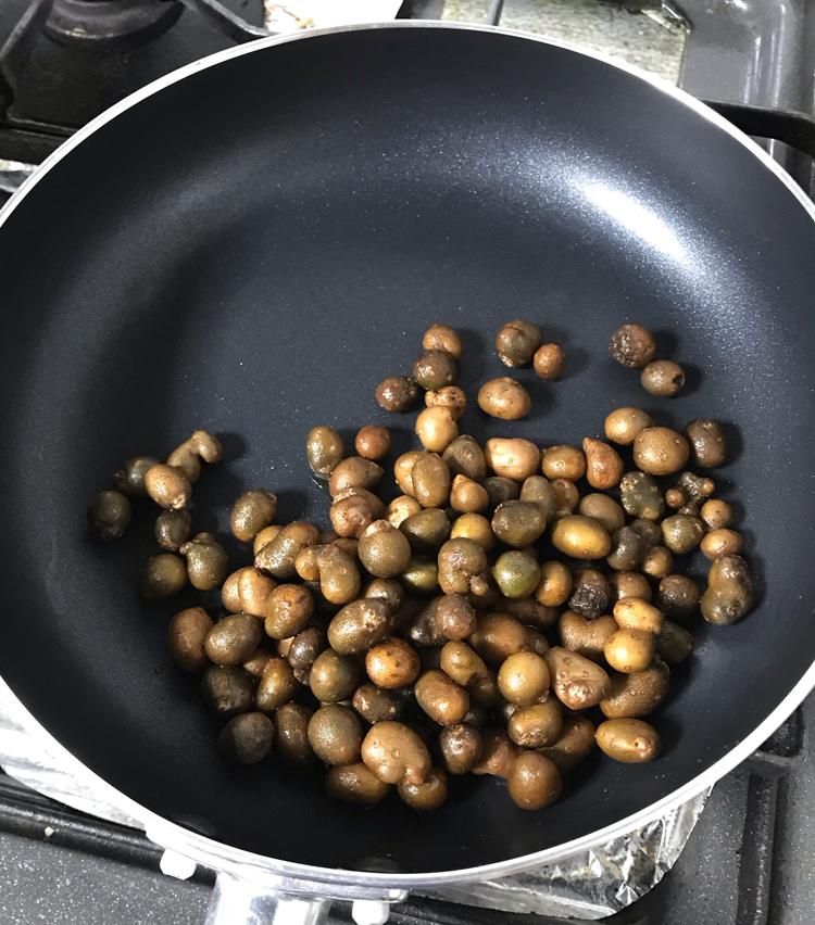 <p>4.フライパンを中火にかけ、オリーブオイル大さじ1を入れ、むかごを投入。</p>