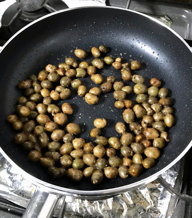 <p>5.箸で転がしながら、3分ほど炒め、塩胡椒したら完成です。焦げると苦くなるので注意してください。</p>
