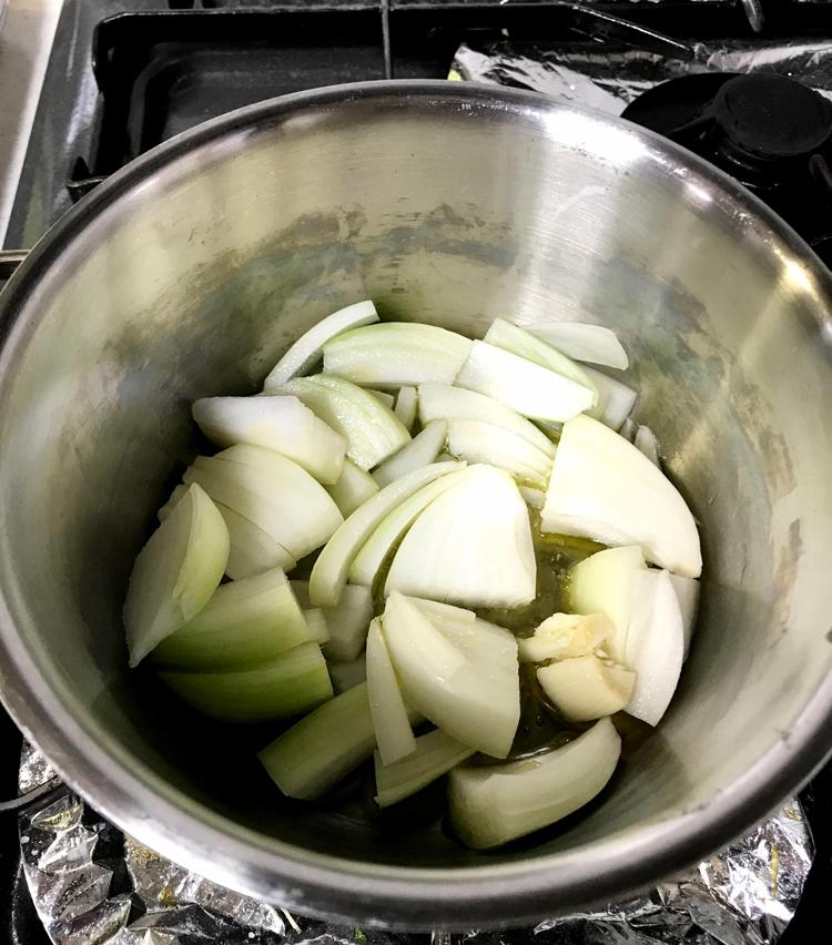 <p>1.材料を用意する。<br /> ・ホールトマト缶 1缶<br /> ・玉ねぎ 半個(5ミリの薄切りに)<br /> ・ナス 2本(5ミリ厚の輪切りに)<br /> ・ニンニク 1かけ(皮を剥いて潰しておく)</p> <p>まずはソース作り。厚手の鍋に多めのオリーブオイルを入れ、ニンニクを弱火で炒める。ニンニクに色が付いたら取り出し、玉ねぎを炒める。</p>