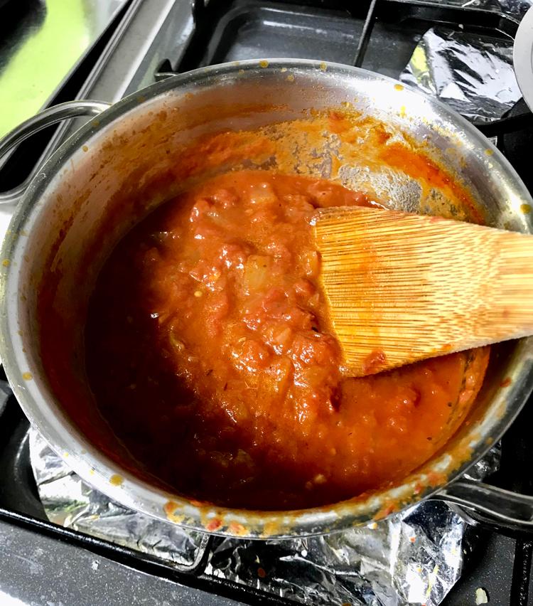 <p>5.煮込んでいたトマトソースは、塩コショウで味を調えて完成。酸味が強ければ砂糖を少々追加する。</p>