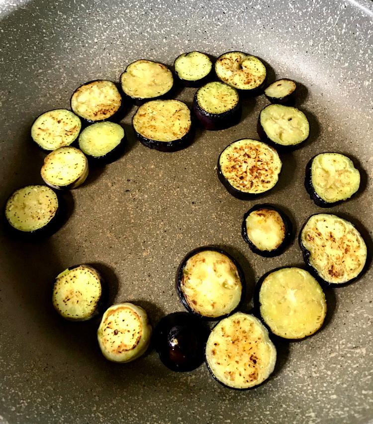<p>6.水気を切ったナスをオリーブオイルを引いたフライパンに入れ、軽く塩をし、軟らかくなるまでじっくりと炒める。</p>