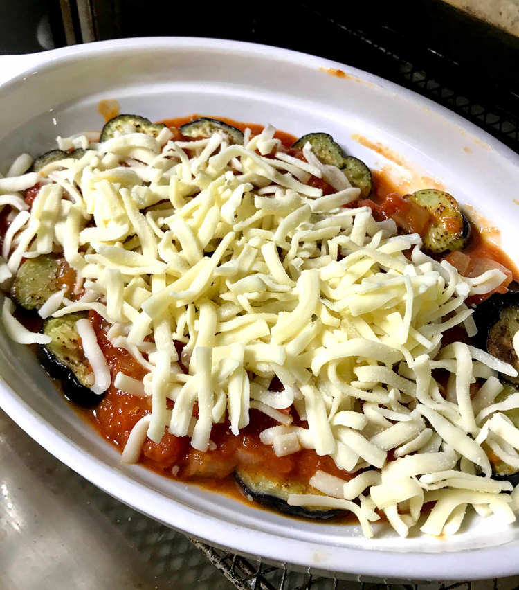 <p>8.ナスの上にもさらにトマトソースをかけ、とろけるチーズをたっぷりかける。</p>