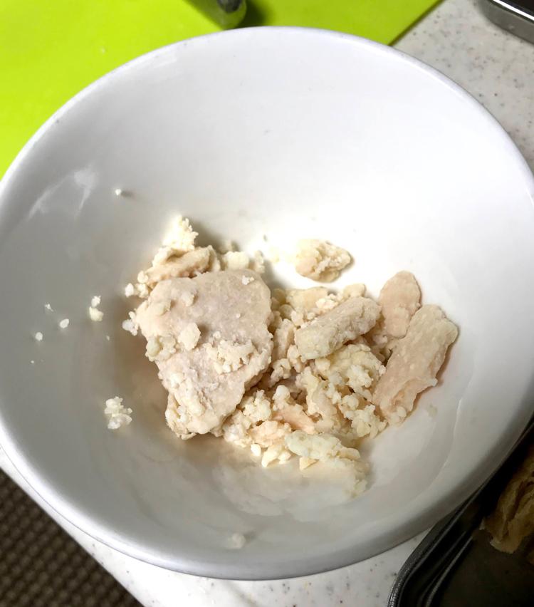 <p>3.酒粕は固形のものであれば、お湯でふやかしておく。</p>