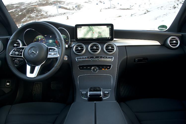 <p>ACC設定ボタンやナビや車両設定が行えるタッチコントロールボタンを備えた最新世代のステアリングを装着。(写真は本国仕様)</p>