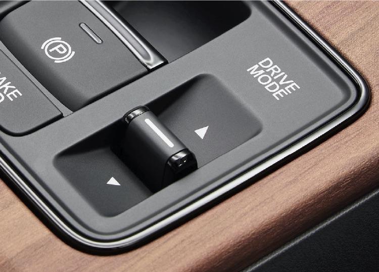 <p>走行モード(ノーマル/スポーツ)、シングルペダルコントロール(オン/オフ)、減速度の選択(シングルペダルコントロールオンで3段階/オフで4段階)を組み合わせることで、走行特性の選択が可能に。</p>