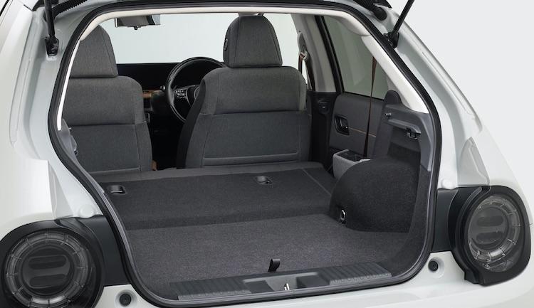 <p>ラゲージ容量は最大で565リッターに拡大可能。後席への荷物の置き忘れなどを、走行終了後に知らせてくれるリアシートリマインダーも設定されている。</p>