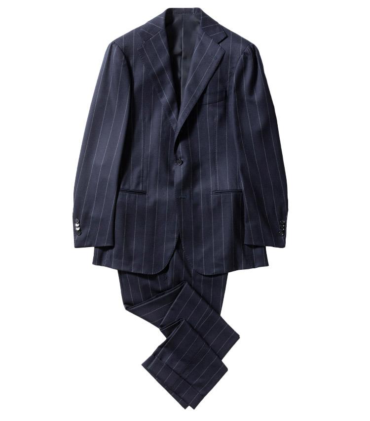 <p><strong>2.リングヂャケット マイスターのネイビーストライプスーツ</strong><br /> 英国クラシックを満喫出来る、幅広ストライプ。肩パッドは省かれるも、やや広めのラペルやゆとりのあるシルエットに落ち着き感が。生地には、エルメネジルド ゼニアのループを採用。18万円(リングヂャケットマイスター206 青山店 TEL03-6418-7855)</p>