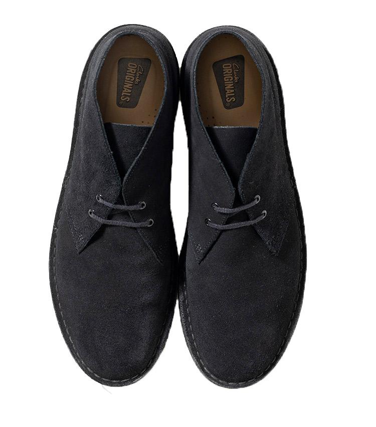 <p><strong>35.クラークス オリジナルズのデザートブーツ</strong><br /> 90年代リバイバルを受けて復権中といっても、そもそもチャッカータイプかつスエード、そして柔らかな履き心地は大人の休日靴の定番。スラックスにもデニムにも合う、万能ぶりも定番たる所以。2万3000円(クラークスジャパン TEL03-4510-2009)</p>