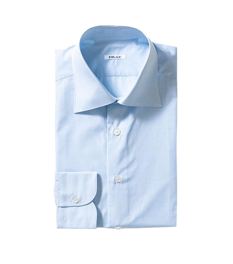 <p><strong>8.フライのサックスブルーシャツ</strong><br /> 着回しやすさを考えれば、ホワイトとともにサックスブルーは持っておいて間違いはない。セミワイドカラーも、ビジネスから休日ジャケパンまで対応する汎用性あり。明るめのトーンは、暗色の冬生地に映える。5万2000円(ストラスブルゴ TEL0120-383-563)</p>