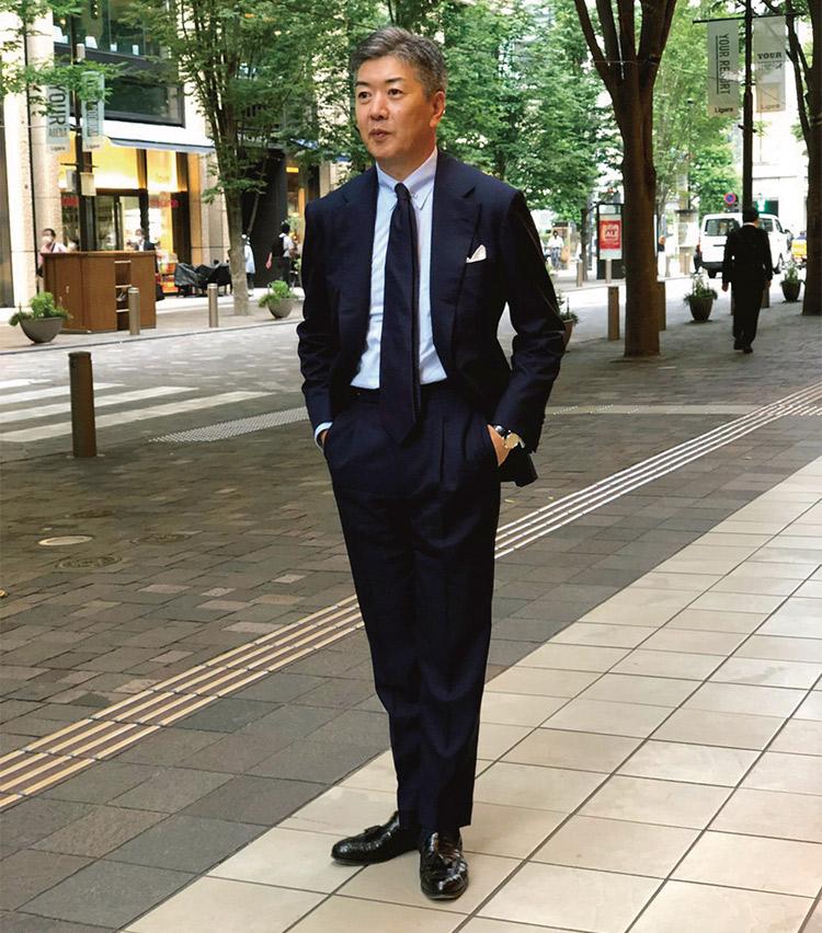 <p><b>太田 裕康さん</b><br /> ソブリン ブランドディレクター<br /> <b>クラスを感じさせる大人のネイビーコーデ</b><br /> スーツとタイ、ともにネイビーというストイックな装いの太田さん。大人の品格が表れる、理想的なスーツスタイルだ。「胸元をコンパクトにしたい為、ピンホールカラーのシャツに。シンプルにブルーとネイビーのグラデーションで統一しました。」<br /> <a class=