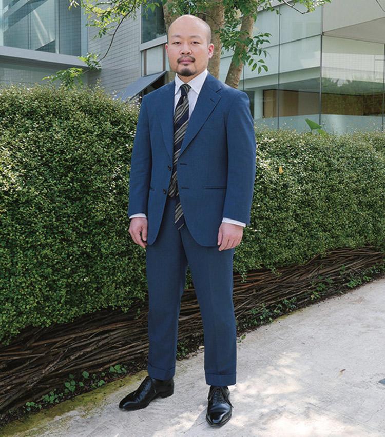 <p><b>小橋 昌彦さん</b><br /> 麻布テーラー 販売部次長<br /> <b>生地のニュアンスで一味違う着こなしを表現</b><br /> 色柄だけでなく素材の表情でも洒脱さを表現。「スーツは夏でも通気性が良いフレスコの生地で仕立てた1着。スーツのザックリとした素材感に合わせ、リネン混のシャツとガルザタイで統一感を出しました」(小橋さん)<br /> <a class=