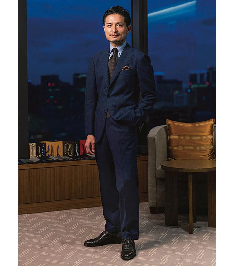 <p><b>齋藤 力さん</b><br /> コルウ<br /><b>日本の気候にも最適な質実剛健な装い</b><br />見映え良し、着ても良しな1着。「ドラッパーズ社のアスコットという生地バンチに含まれる4PLYは、ウエイトがあるので落ち感が良く、皺にもなりにくくドライタッチで清潔感もある。出張にも重宝しています」(齋藤さん)<br /> <a class=