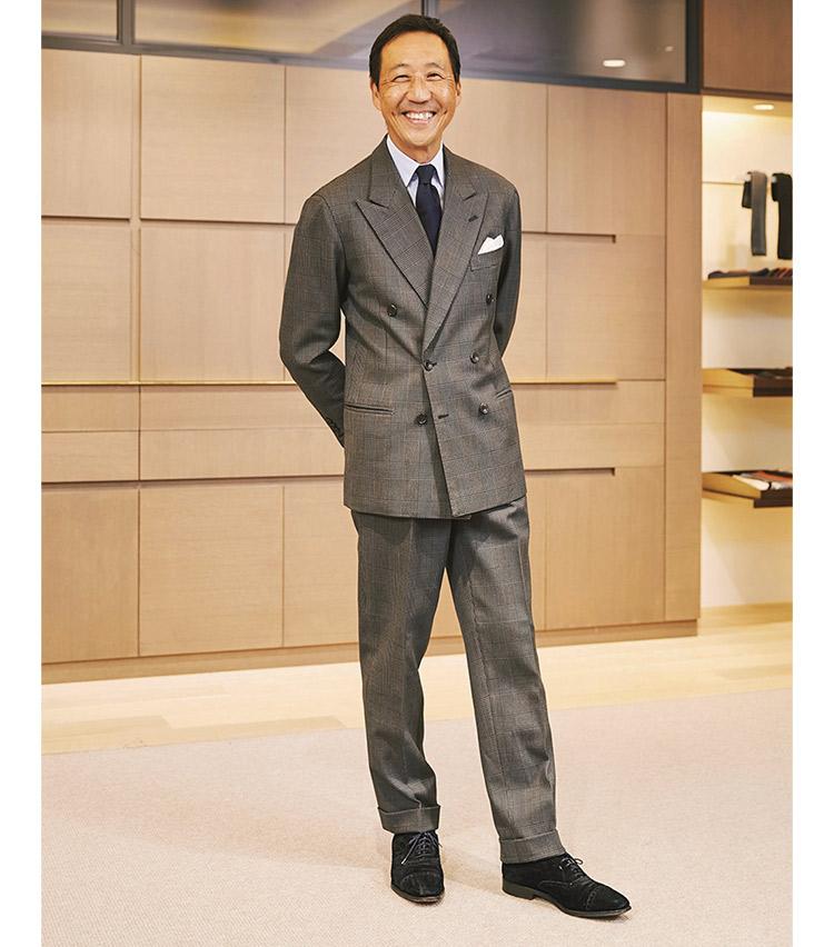 <p><b>鴨志田 康人さん</b><br /> オフィスカモシタ代表<br /> <b>エレガンスと寛ぎの先にある、大人のゆとり</b><br /> 20年もののスーツはロンドンハウスのナポリ本店で仕立てたもの。「最近また着てみようと、袖を通してみたら着丈が長かったり肩が大きかったりしたので、贔屓の店で調整。仕立ての良い服はちょっと手直しすればずっと着続けられるから頼もしいです。」(鴨志田さん)<br /> <a class=