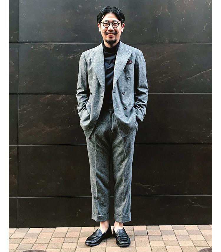 <p><b>羽賀 悠平さん</b><br /> ナノ・ユニバース ラゾーナ川崎プラザ店スタッフ<br /> <b>ニューノーマルに装う新時代のスーツスタイル</b><br /> 元来、重厚感のあるダブルブレステッドのスーツを今日的に着こなす羽賀さん。「あえて、タートルネックのカットソーで合わせ、程よくカジュアルダウン。足元も型押しのローファーを履き、遊びを入れています。」(羽賀さん)<br /> <a class=