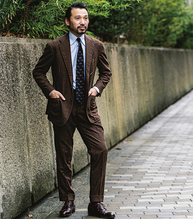 <p><b>冨岡 寛史さん</b><br /> リングヂャケット ストアセールスdiv,マネージャー<br /> <b>ジャケット生地から考えたスーツスタイル</b><br /> ジャケットの薄いブルーのペーンを艶やかなネクタイで拾い、メリハリを。「最初にレディメイドとして展開していたジャケットを購入。その後、生地が残っていると知り、パンツをオーダーで誂えました。」(冨岡さん)<br /> <a class=