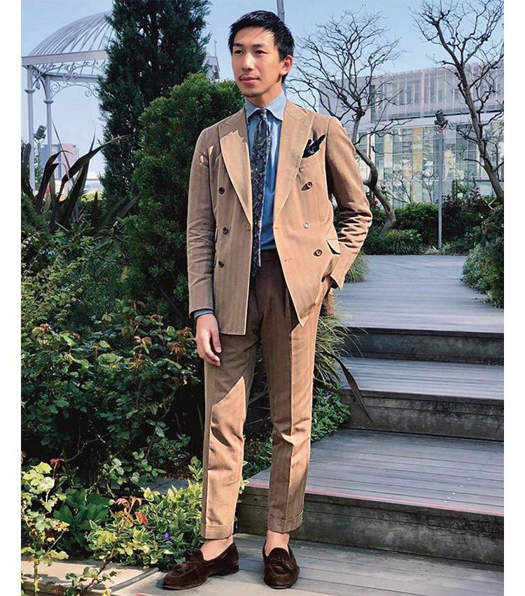 <p><b>杉原 陽介さん</b><br /> ビームス 六本木ヒルズ スタッフ<br /> <b>重厚感とスポーティの差し引きが◎</b><br /> #savilecliffordの生地を使用したソラーロスーツ。スーツのディテールを含め、タイ、シューズの全てを英国物でまとめたという杉原さん。「シャンブレーシャツで、ソラーロスーツのスポーティさとバランスをとりました。」<br /> <a class=