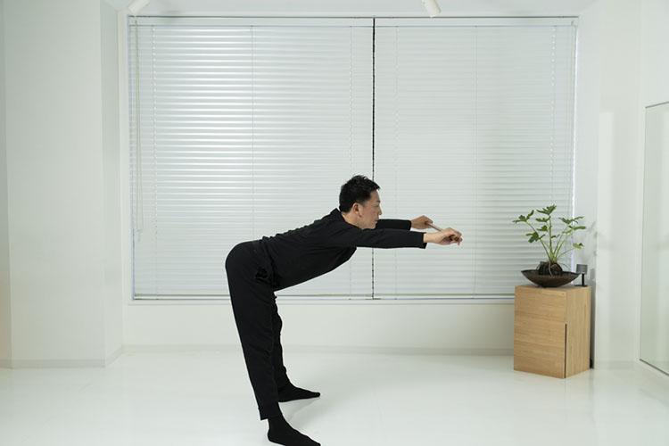 <p>腰を上げながら、腕を前に出して、身体の前に棒で弧を描くようなイメージで腕を上げる。12回を3セット。</p>