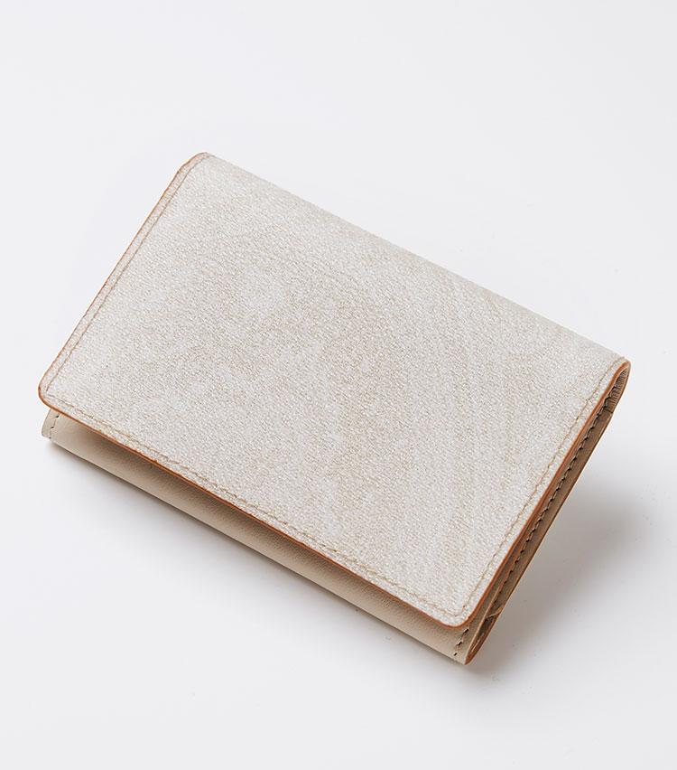 <p><strong>エトロ</strong></p> <p>大胆に施したペイズリー柄が目を引く二つ折りのカードケースは、PVCコーティングされているので水や汚れに強い。上質なスムースレザー張りの内装は、ブランドロゴが刻印されたシンプルな構造に。カード入れが3つ備わる。縦8×横12×マチ2㎝。3万1000円(エトロ ジャパン)</P></p>