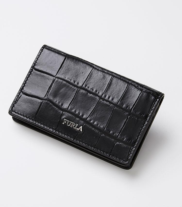 <p><strong>フルラ</strong></p> <p>フルラ マルテ クレジットカードケースはエンボス加工のクロコ柄をあしらった上品な存在感が魅力。スナップボタン開閉式で、内装はメインコンパートメントの他に、2つのポケットを装備。ホットプレス加工のロゴが控えめにブランドを主張する。縦7×横11×マチ2㎝。2万4000円(フルラ ジャパン)</p>