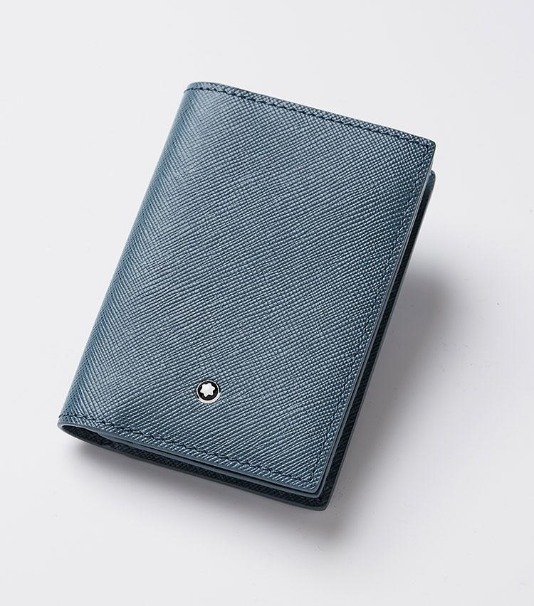 <p><strong>モンブラン</strong></p> <p>デニムブルーにプリントされたサフィアーノレザーのビジネスカードホルダーは、がモダンなエレガンスを表現したサルトリアルコレクションの名刺ケース。ファッション好きな人にはスマートなチョイスです。小さいながらもエレガントで、ビジネスカード用のオープンポケットが2つ、クレジットカード用のポケットが2つ備わる。縦7×横11×マチ1.5㎝。2万3500円(モンブラン コンタクトセンター)</p>