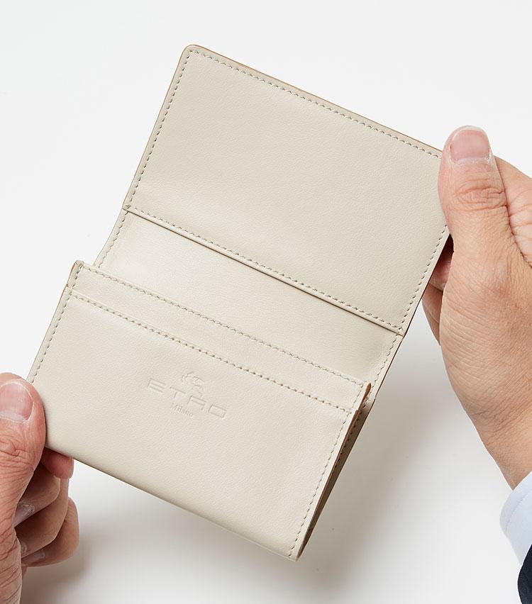 <p><strong>ここが凄い! 細部の解説</strong></p> <p>笹マチ付きで収納力のあるカードポケットを装備。シンプルなレザー張りの内装は、ケースを広げた時にも上品さが保たれる。</p>