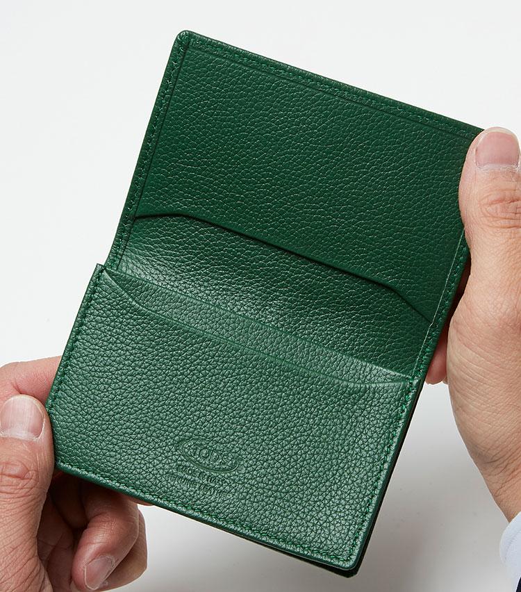 <p><strong>ここが凄い! 細部の解説</strong></p> <p>内装も外装同様のグリーンのレザー張り。オープンポケットが1つ、カードポケットを2つ装備。</p>