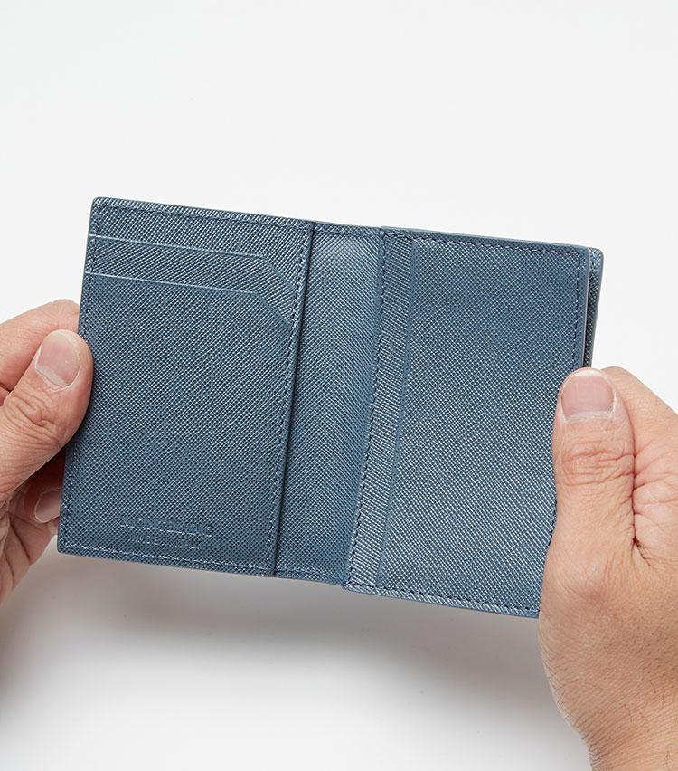 <p><strong>ここが凄い! 細部の解説</strong></p> <p>内装も外装と同様のレザー張りに。クレジットカード入れが2つ、カードポケットを2つ備える。</p>