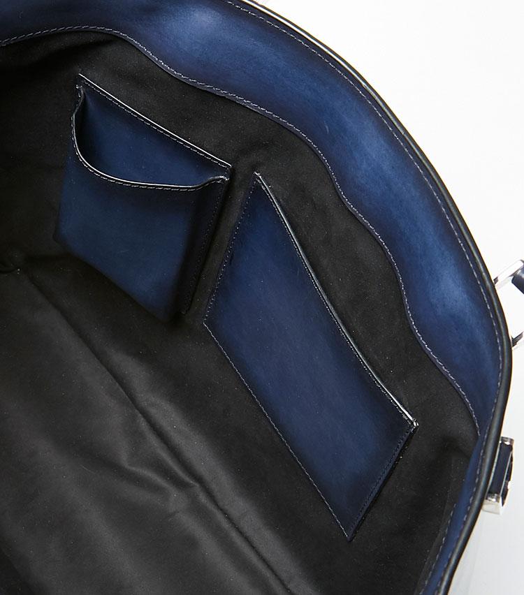 <p><strong>ここが凄い! 細部の解説</strong></p> <p>内装のポケットにも外装と同じレザーが使われている。目に見えぬ部分にまで拘り抜いた、ラグジュアリーブランドらしい贅沢な仕様だ。</p>