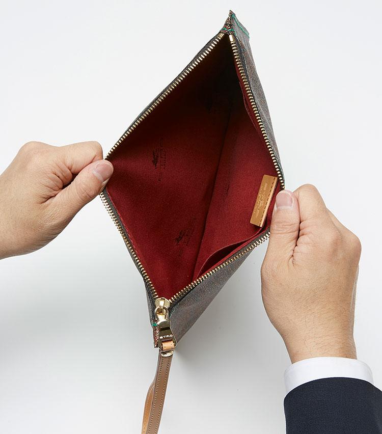 <p><strong>ここが凄い! 細部の解説</strong></p> <p>シンプルな内装はブランドタグ付きの大きなサイドポケットを装備。</p>