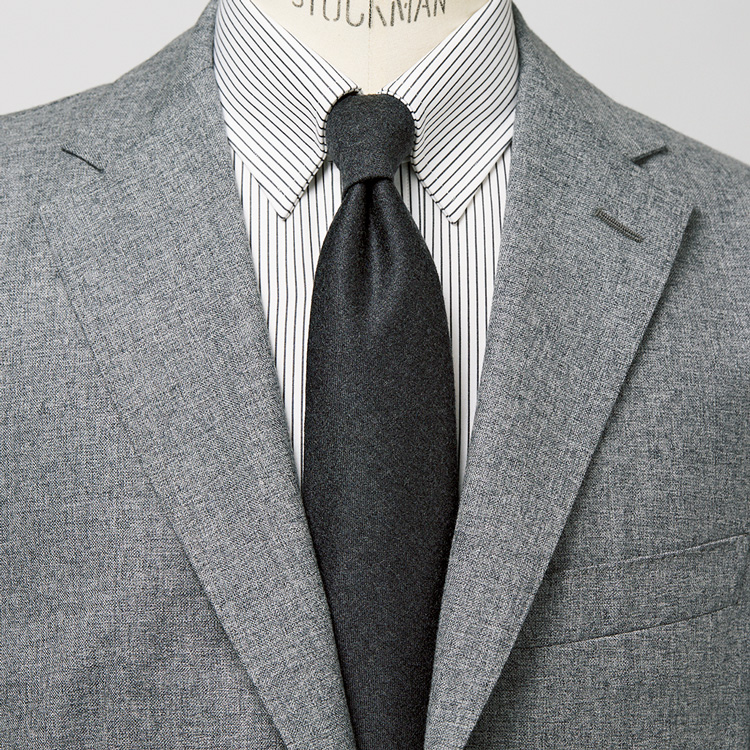 <p><strong>4位<br /> 基本のグレースーツを特別にする「グレー・オン・グレー」とは?【1分で出来る胸元お洒落】</strong><br /> 誰しもが1着は持っているだろう、スーツの王道ともいえるグレースーツ。落ち着いた色なだけに、地味で無難な着こなしにならないようにするには「グレー・オン・グレー」を心掛けてみると良い。こちらの写真は、ライトグレーのスーツに、ダークグレーの細ストライプ柄シャツとダークトーンのグレータイを合わせた着こなし。Vゾーンの中で、グレーの濃淡をつけることで、装いに奥行きが生まれ、新鮮な印象で着られるのだ。<small>(MEN'S EX 2020年12月号掲載)</small></p>