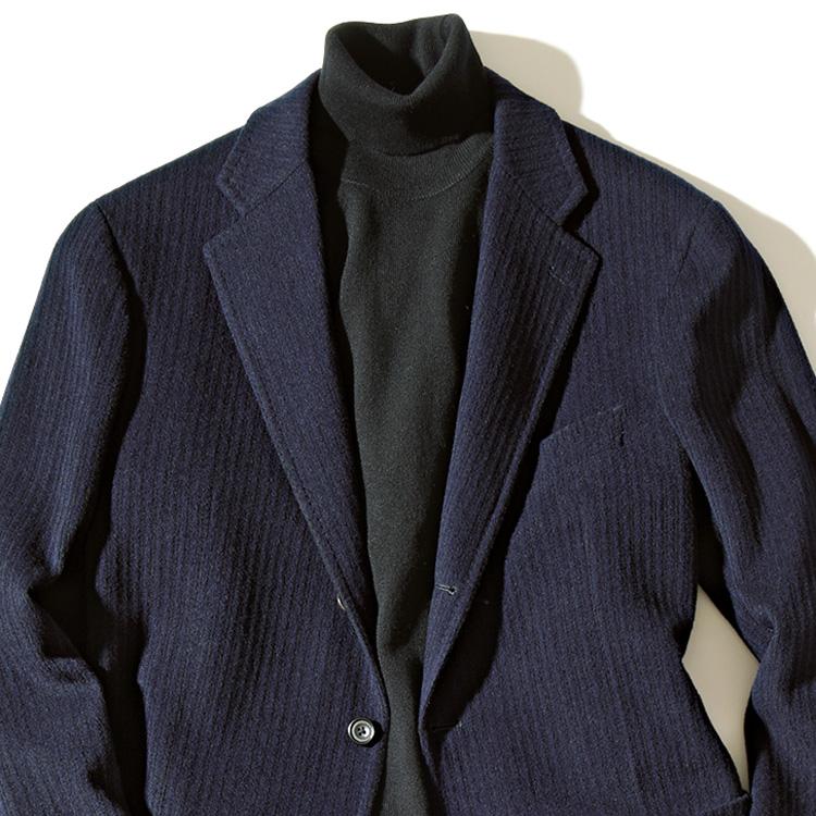 <p><strong>3位<br /> 平日ビジカジと休日カジュアル、どっちも使えるスーツとは?【1分で出来る胸元お洒落】</strong><br /> リモートワークが珍しくなくなった今、畏まりすぎずフランクな気分でスーツを楽しむ機運が高まっている。そんな新しいスーツスタイルにおすすめなのが、オンオフ兼用できる生地のスーツだ。例えばこちらのウールコーデュロイのスーツ。コーデュロイのフランクな面持ちもありつつ、ウールのしっとりとしたツヤ感も備え、オンに相応しい上品さとオフにも最適な寛ぎ感を両立している。写真のように、黒タートルを合わせればきちんと感が増し、よりビジカジにマッチした装いとなる。<small>(MEN'S EX 2020年12月号掲載)</small></p>