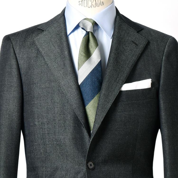 新年らしいフレッシュなスーツの装い方は?【1分で出来る胸元お洒落】