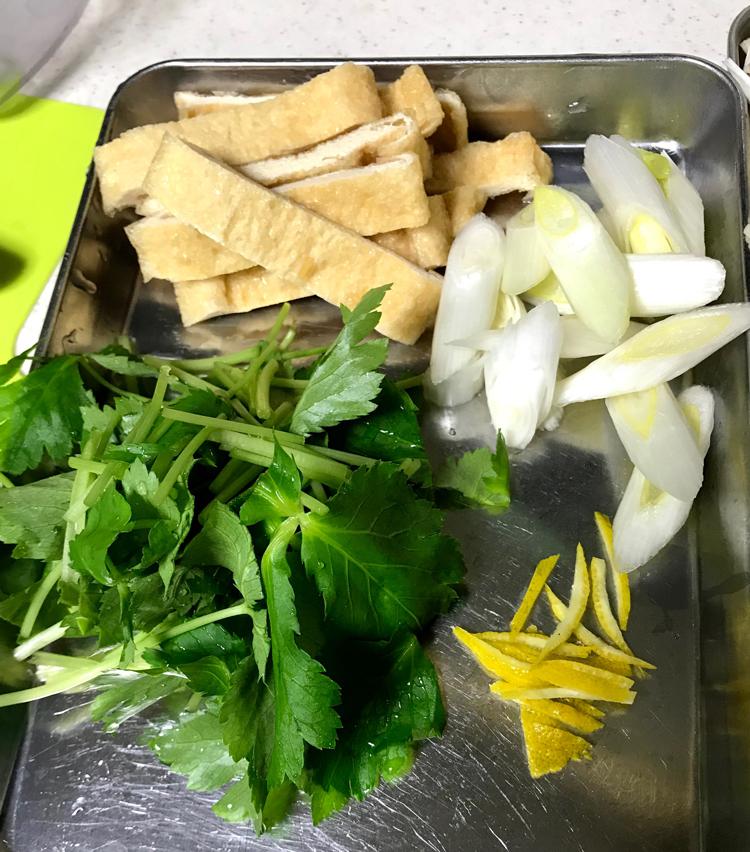 <p>5.長ねぎは斜め切り、油揚げは1.5cm巾に切る。豆腐は食べやすい大きさに切っておく。大根は皮をむき、おろして、軽く水を絞る。</p>