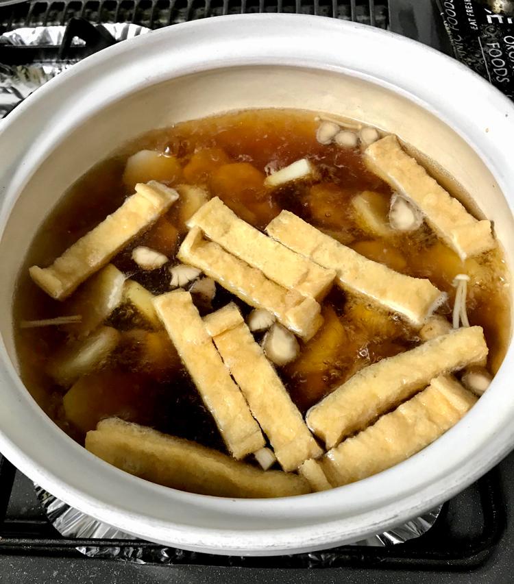 <p>7.煮たったら、昆布を引き上げ、酒大さじ3、醤油大さじ4、みりん大さじ3で味をつける。</p>