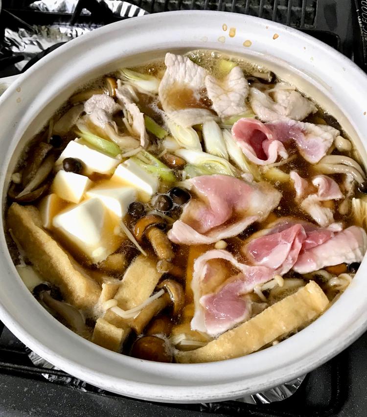 <p>9.豚肉、長ねぎ、豆腐も入れます。</p>